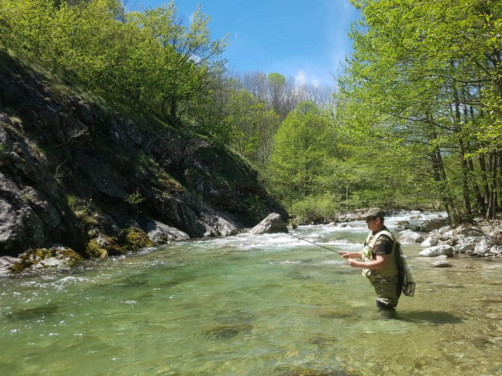 pêcheur à la mouche sur la rivière labeaume en ardèche dans le parc régional des monts d'ardèche lors de stage mouche Ardèche