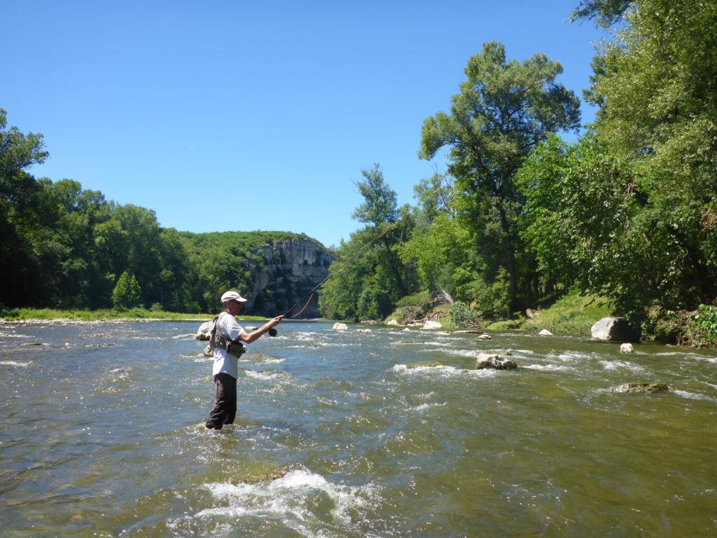 Pêcheur à la mouche débutant la région de Vallon Pont d'Arc constitue un terrain de jeux idéal, lors des stages pêche mouche ardèche