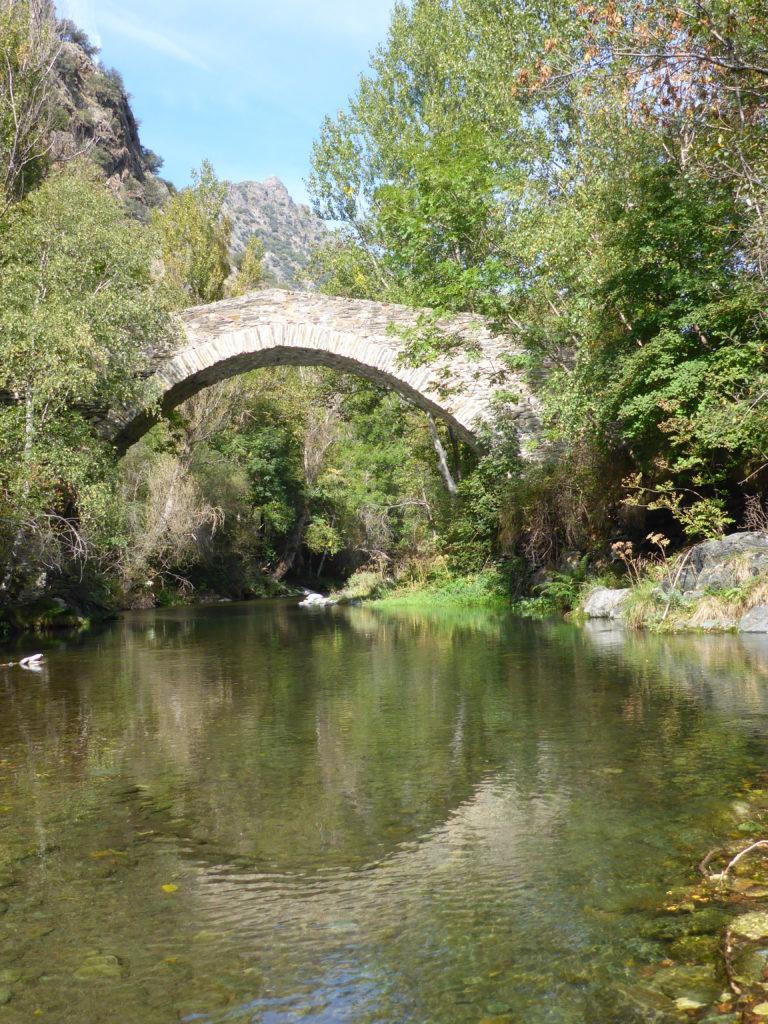Cadre magnifique, pont sur belle rivière lors d'un stage pêche mouche en Espagne